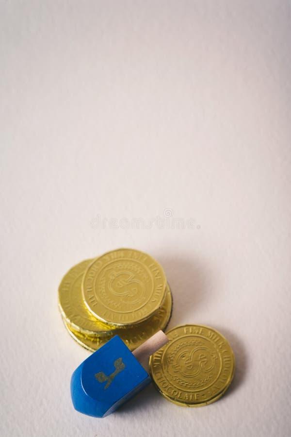 Hanukkah: Dreidel I Kilka Gelt czekolady monety obrazy royalty free