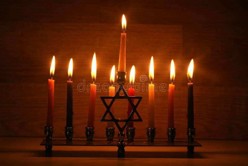 Hanukkah jest Żydowskim wakacje Palić Chanukah candlestick z świeczkami Chanukiah Menorah obrazy stock