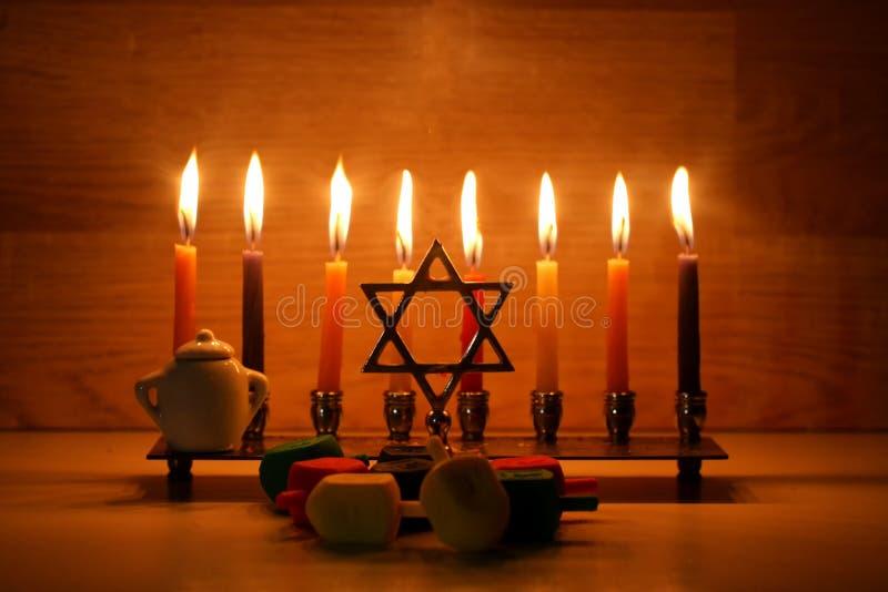 Hanukkah jest Żydowskim wakacje Palić Chanukah candlestick z świeczkami Chanukiah Menorah dreidel, savivon zdjęcia royalty free