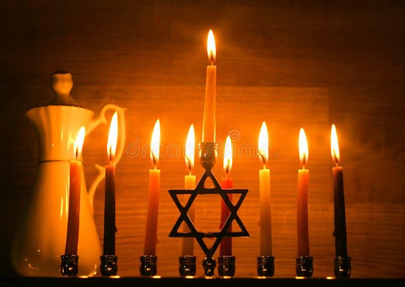 Hanukkah jest Żydowskim wakacje Palić Chanukah candlestick z świeczkami dzbanek olej Chanukiah Menorah fotografia stock