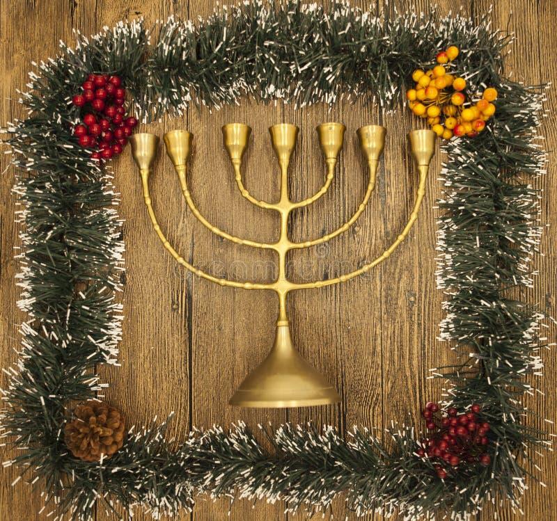 Hanukkah jest Żydowskim nowym rokiem Świeczka z boże narodzenie ornamentami na drewnianym tle