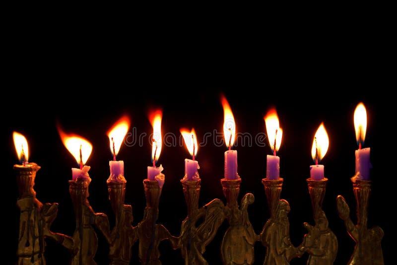 Hanukkah-Kerzen auf schwarzem Hintergrund stockfotos