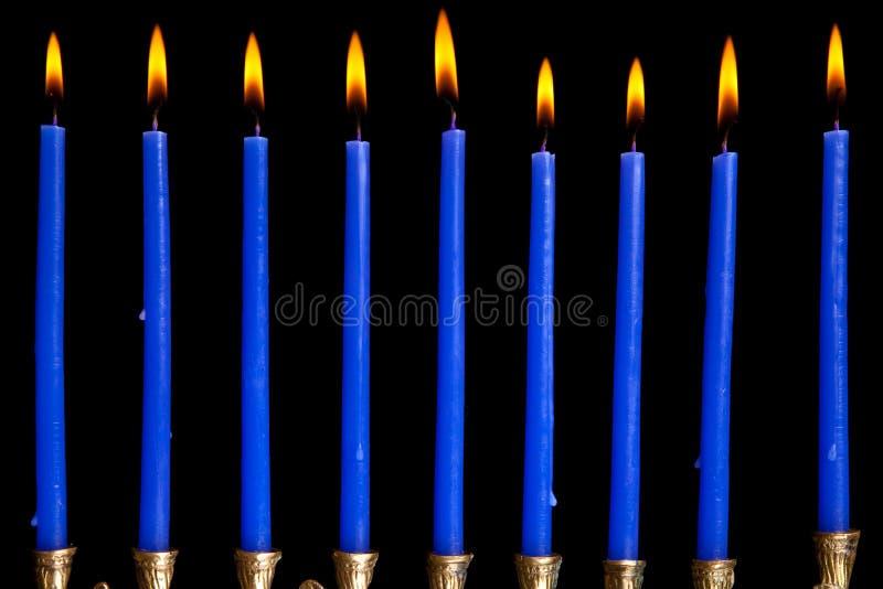 Hanukkah-Kerzen auf schwarzem Hintergrund stockfoto
