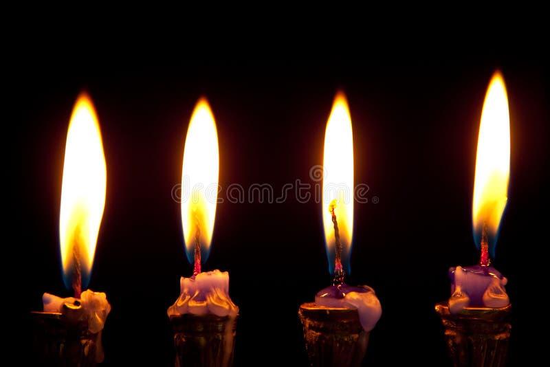 Hanukkah-Kerzen auf schwarzem Hintergrund lizenzfreies stockfoto