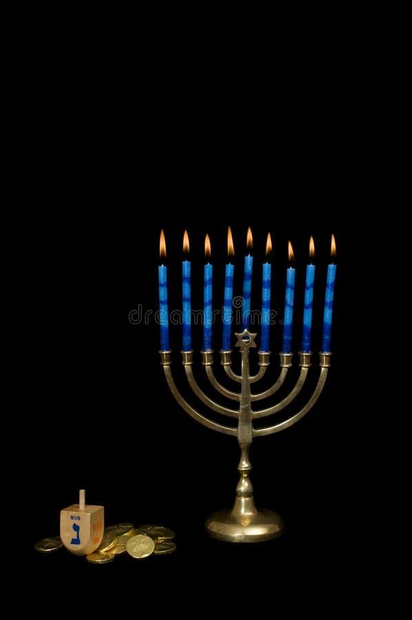 Hanukkah Menorah avec un Dreidel et un Gelt images libres de droits