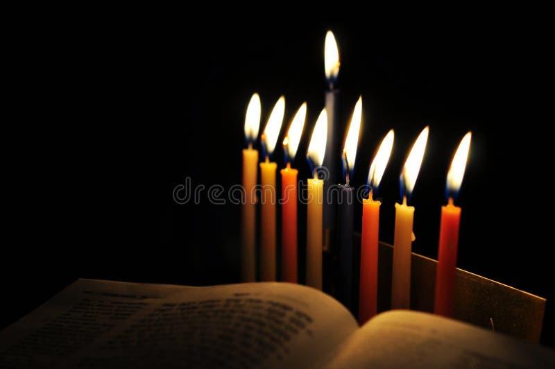 Hanukkah menorah i płonące świeczki fotografia royalty free