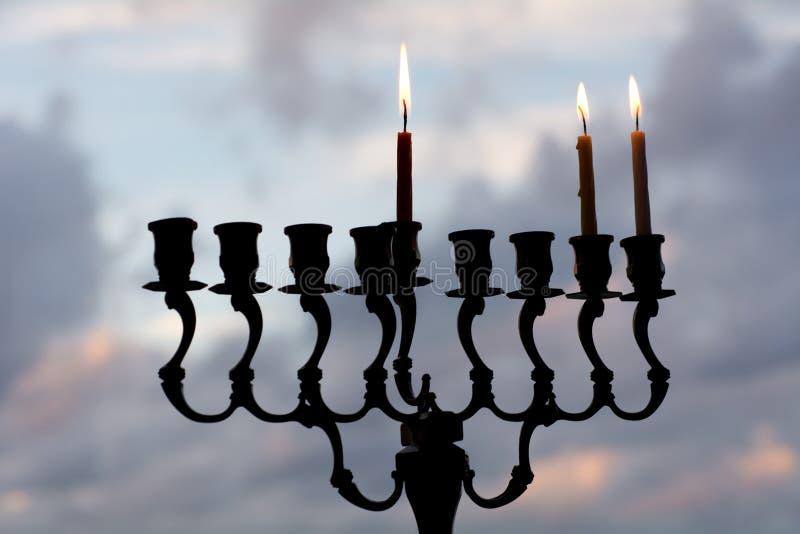 Hanukkah menorah na drugi dniu Hanukkah zdjęcie royalty free