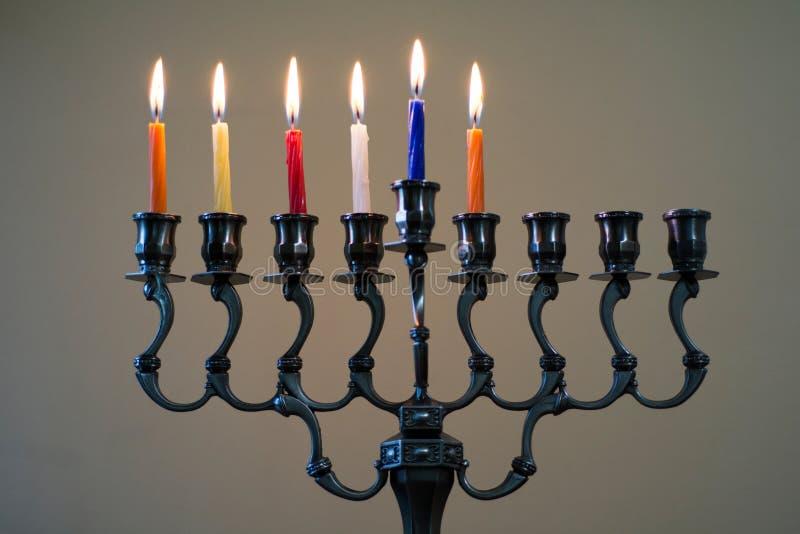 Hanukkah menorah na kwinta dniu Hanukkah zdjęcie royalty free