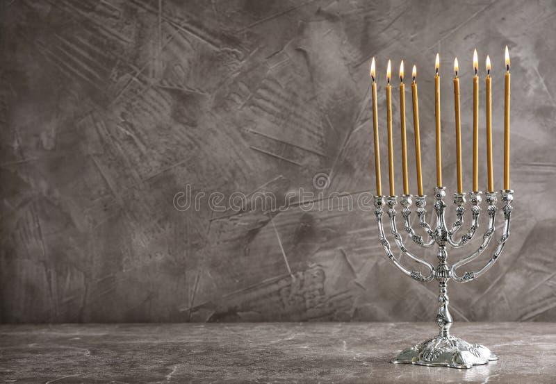 Hanukkah menorah na stole obraz royalty free