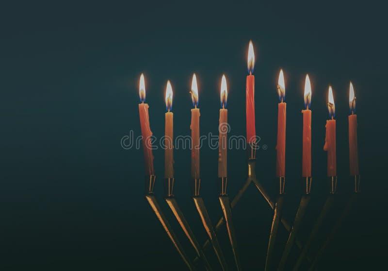 Hanukkah menorah z świeczkami dla chanukah celebrationon czerni tła zdjęcie stock