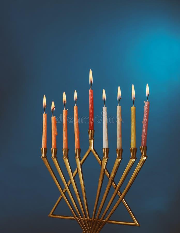 Hanukkah menorah z świeczkami dla chanukah celebrationon czerni tła obrazy stock