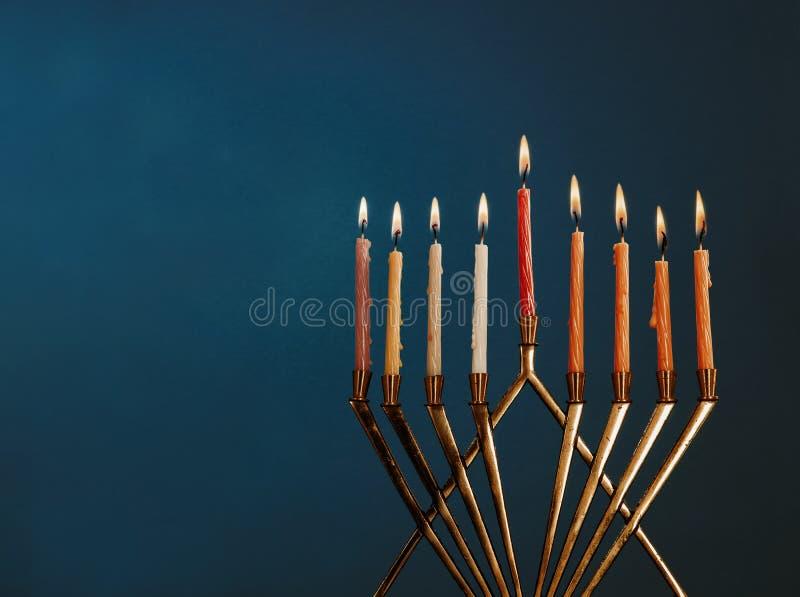 Hanukkah menorah z świeczkami dla chanukah celebrationon czerni tła obrazy royalty free