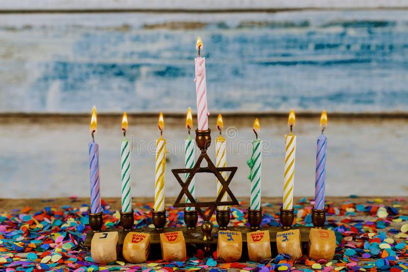 Hanukkah menorah z świeczkami dla chanukah celebrationon tła fotografia stock