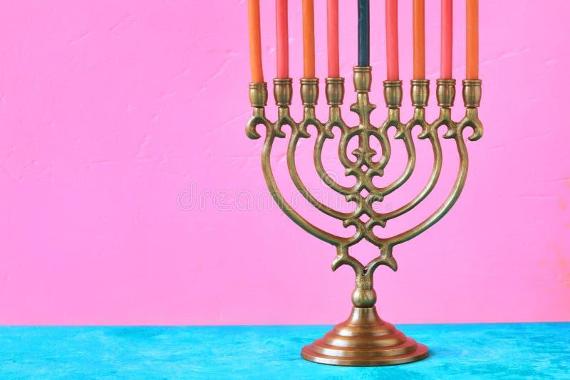 Hanukkah menorah z świeczkami na różowym tle horyzontalnym fotografia stock