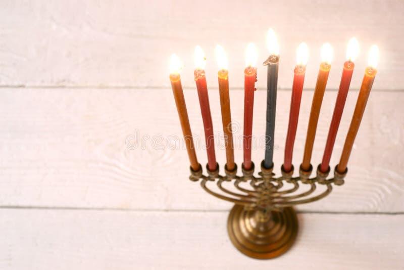Hanukkah menorah z płonącymi świeczkami na biały drewniany stołowy horyzontalnym fotografia royalty free