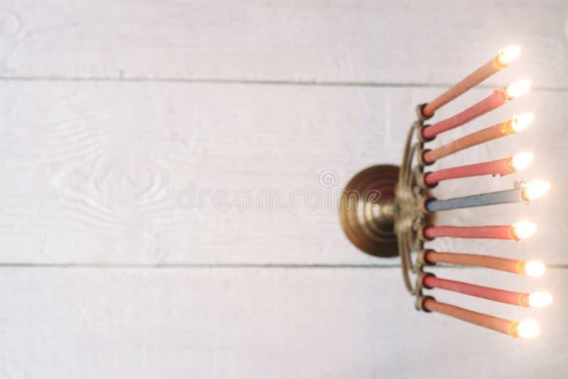 Hanukkah menorah z płonącymi świeczkami na białym drewnianym stołowym odgórnym widoku zdjęcia royalty free