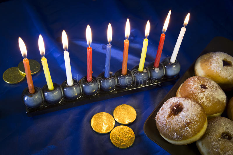 Hanukkah stół z donuts i świeczkami zdjęcia royalty free