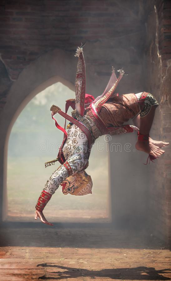 Hanuman猴子在Khon或传统泰国手势的神翻筋斗,在面具的文化跳舞的艺术表现穿戴了 图库摄影
