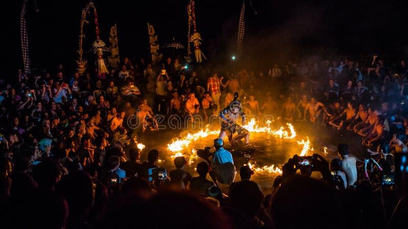 Hanuman, das in Lanka, eine Ramayana-Episode in Kecak-Tanz gebrannt wird stockbild