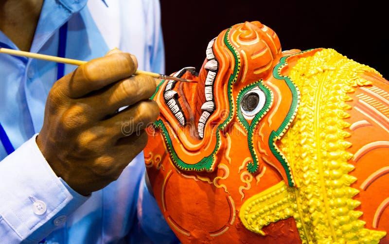 Hanuman Khon Mask, main a ouvr? des masques, masque tha?landais de Khon images libres de droits