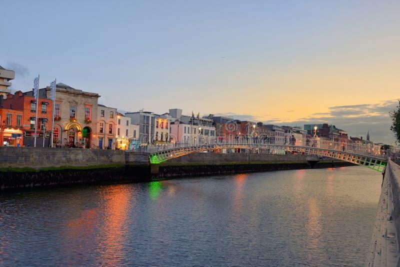 Hapennybrug in Dublin - een voetbrug 19 06 2018 stock foto's