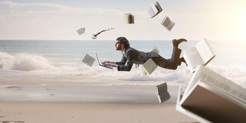 Χαρούμενος επιχειρηματίας happe που οριζόντια στοκ εικόνες