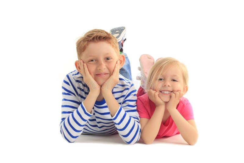 Happinesbroer en zuster samen tegen witte achtergrond stock fotografie