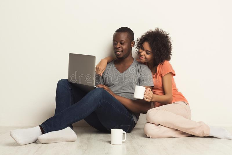 Happy african-american couple shopping online royalty free stock photos