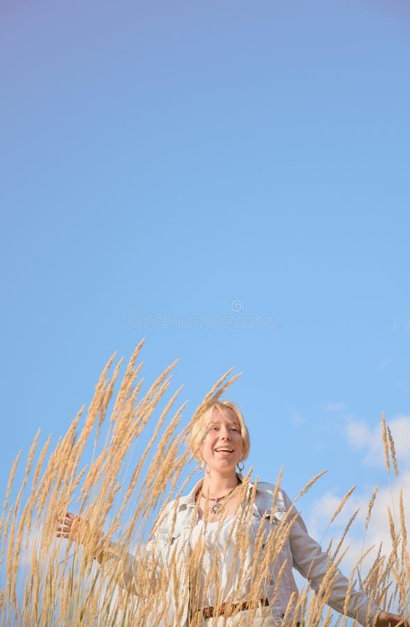 Happy blond Teenage Girl in der Sommerlandschaft. Vertikales Layout für Instagram-Story oder mobile Site lizenzfreie stockbilder