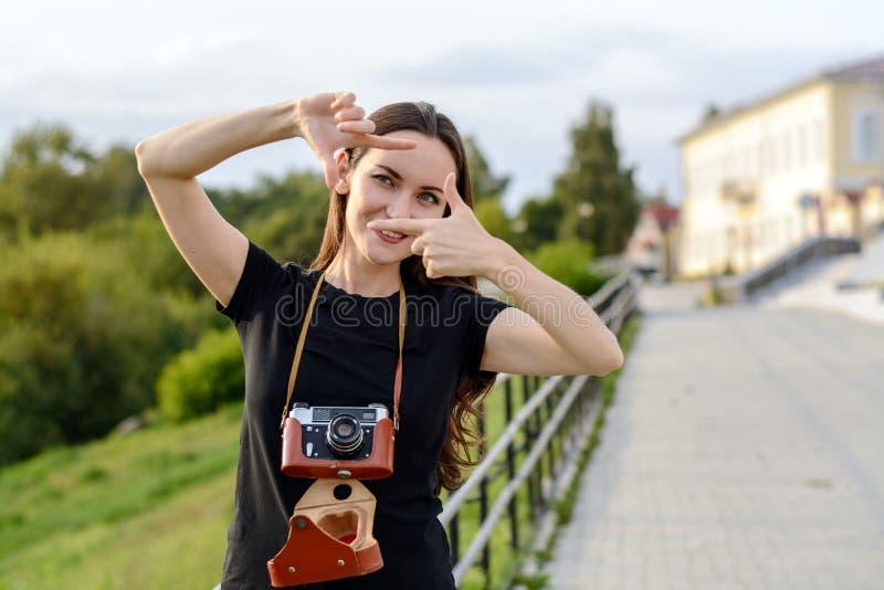 девушка показывает на камеру на улице