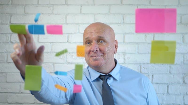 Happy Businessman Analyze Erklären Sie ein Geschäftsprojekt in einem Meeting lizenzfreie stockfotos
