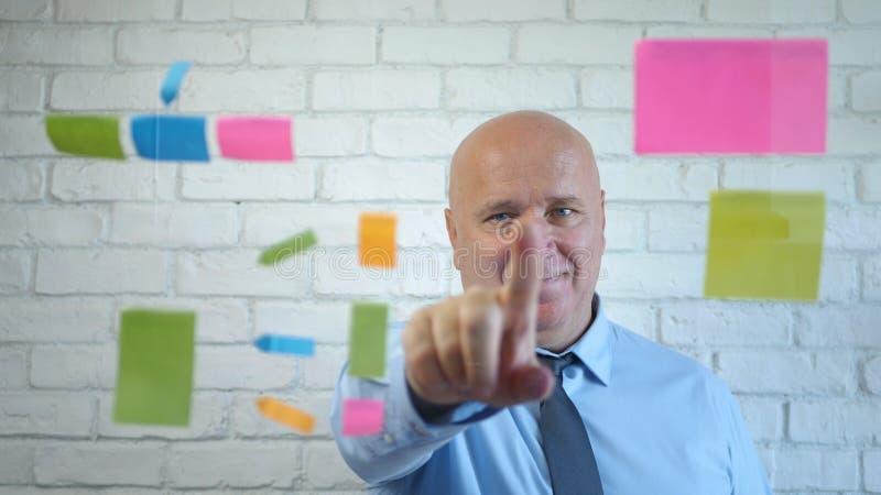 Happy Businessman Analyze Erklären Sie ein Geschäftsprojekt in einem Meeting lizenzfreie stockbilder