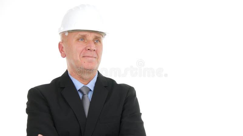 Happy Businessperson Image med maskinhatt Leta i Camera i en intervju arkivfoto