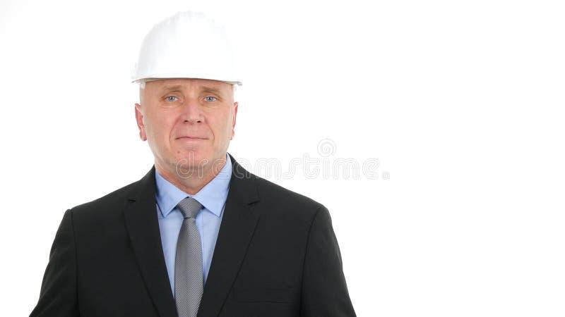 Happy Businessperson Image mit Hardhat Looking to Camera in einem Interview lizenzfreie stockbilder