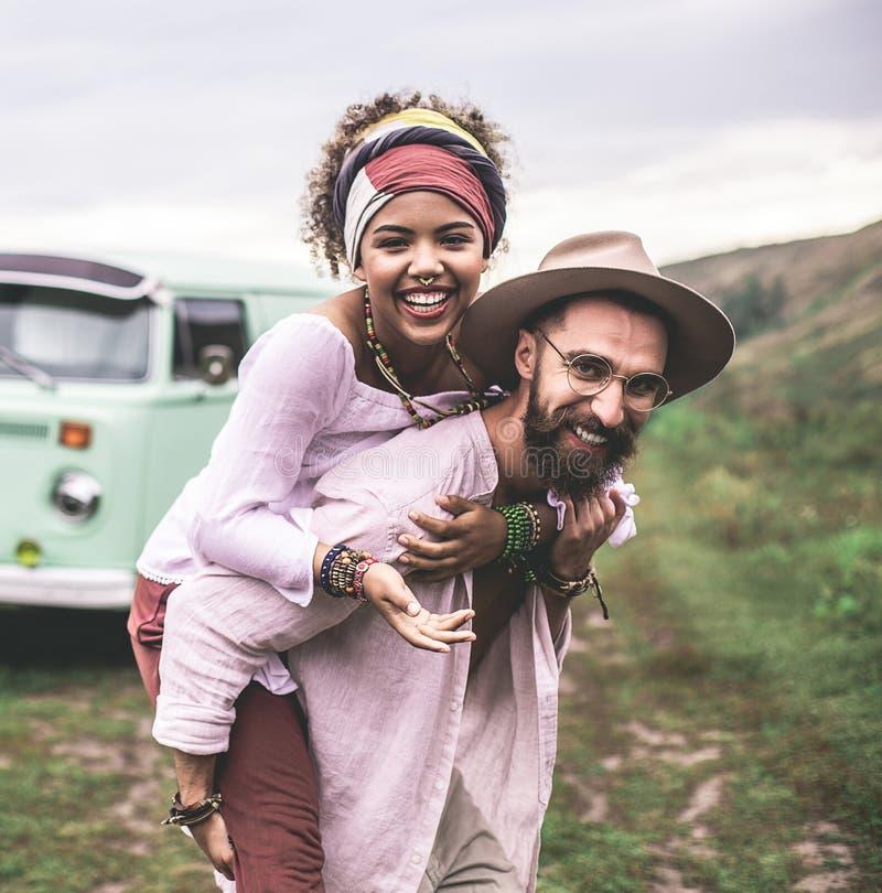 Happy Ethnicity Pärchen auf Naturhügeln stockbild