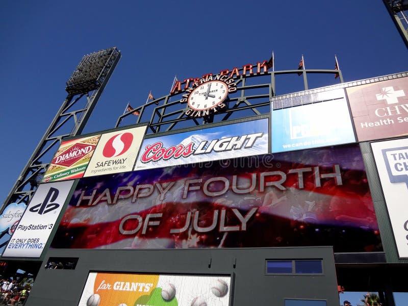 'Happy Fourth of Luglio' Segno con bandiera a Scoreboard tra inning fotografia stock
