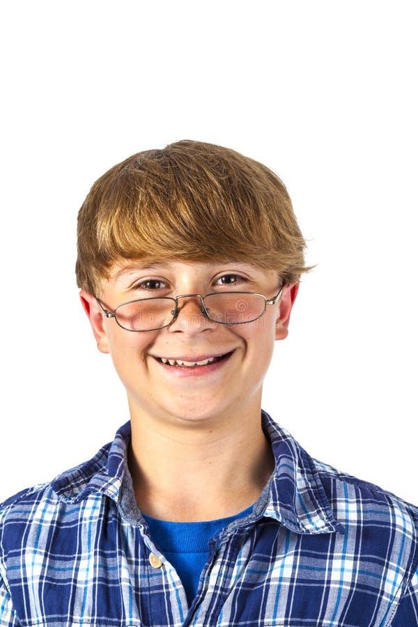 Happy lächelnde junge Teenager mit Brille lizenzfreie stockbilder
