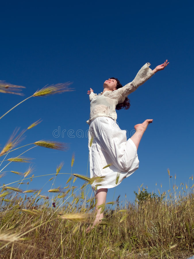 Free Happy Lady Running Royalty Free Stock Images - 5541259
