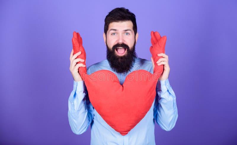 Happy in love Körperliche Berührung Gratis-Hugs Menschenbärtige Nilpferdrücke Celebrate Valentinstag Guy mit Bart und lizenzfreies stockbild