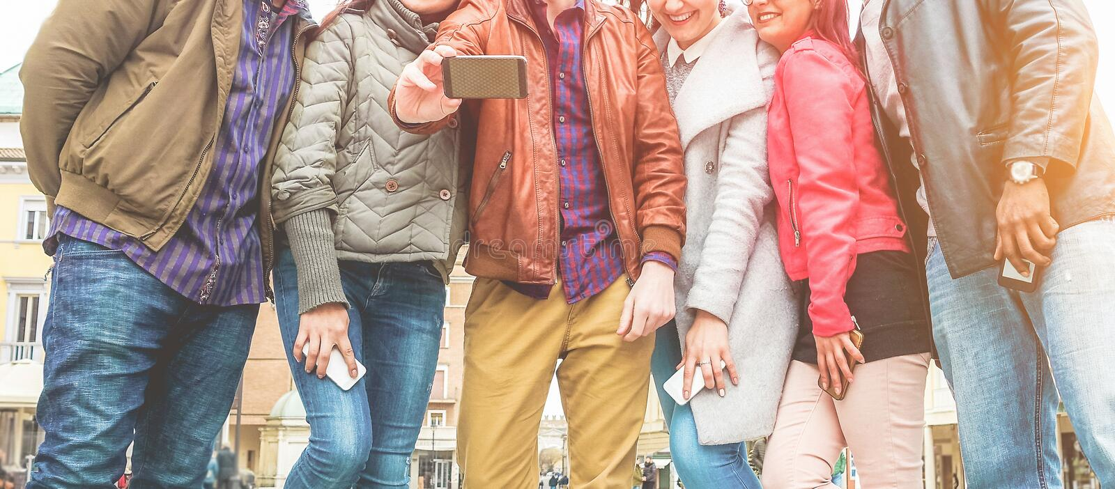 Happy millennials friends making video with smartphone - Young student people have fun with new trends technology - Tech, Youth stockfoto