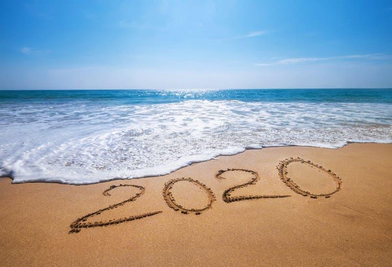 Happy New Year 2020 kommt Konzept sandig tropischen Ozean Strand-Buchstaben Exotisches Neujahrsfest-Konzept lizenzfreies stockfoto