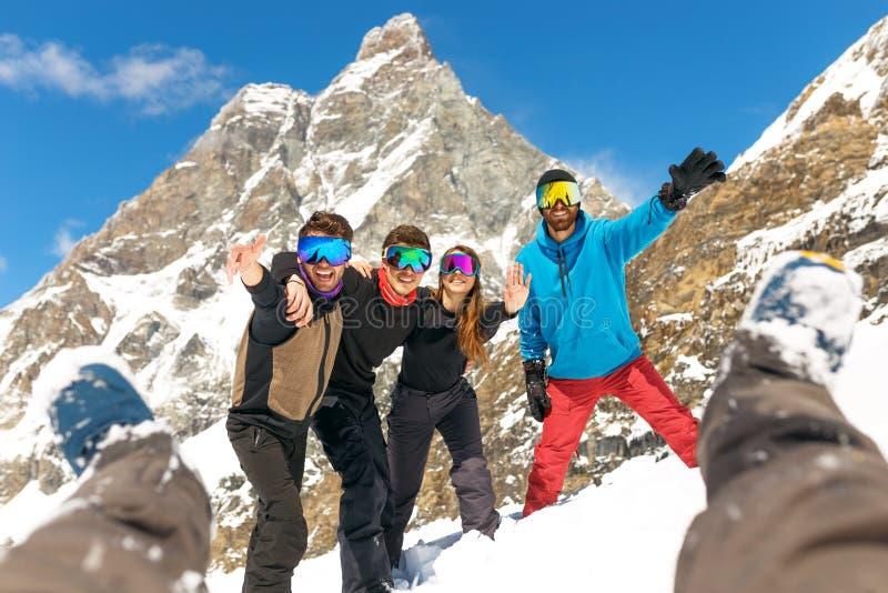 Happy People Group in Ski Equipment, se serrant les coudes, regardant la caméra, have Ski Resort Winter Mountain photographie stock libre de droits