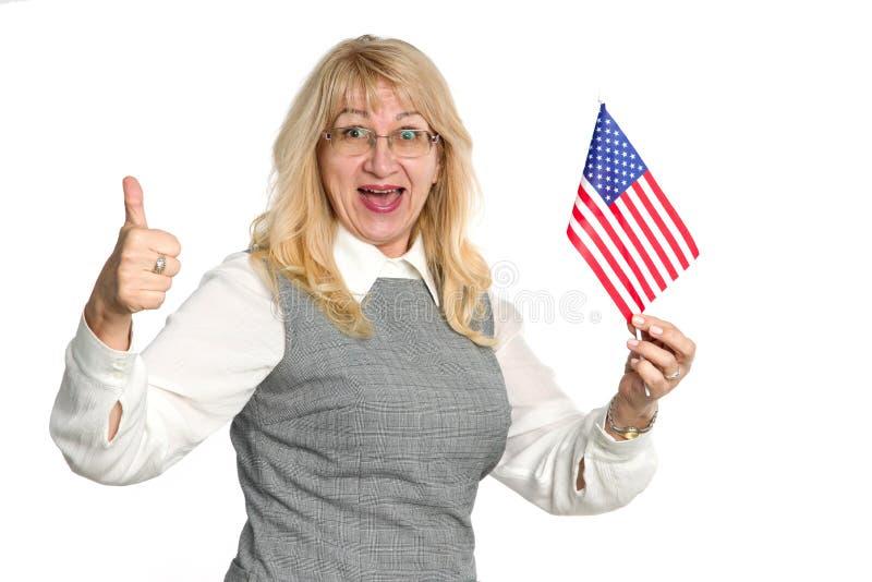 Happy reife Frau mit der Flagge der Vereinigten Staaten von Amerika stockfoto