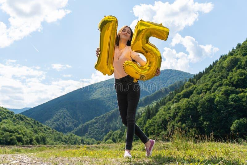 Happy Teeny Girl mit Platz 15 von Ballons zum Geburtstag stockfotos