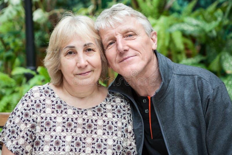 Happy und lächelnd Senioren Portrait, sitzen Wange zu Wange zusammen stockfotografie