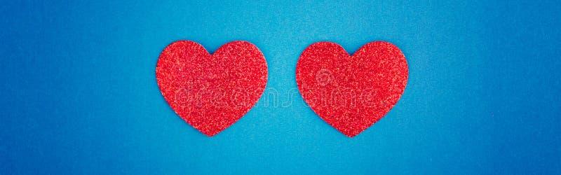 Happy Valentine Day Schitterend kaartbehangsel met twee rode harten in het midden op blauwe achtergrond Begrip liefde februari va royalty-vrije stock fotografie
