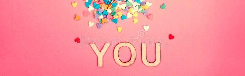 Happy Valentine Day Vackert kort med färgstarka hjärtan på rosa bakgrund Begreppet kärlek Februarisemester Trä fotografering för bildbyråer