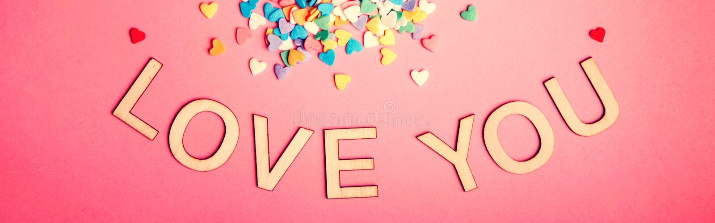 Happy Valentine Day Vackert kort med färgstarka hjärtan på rosa bakgrund Februarisemester Ord i trä arkivbilder