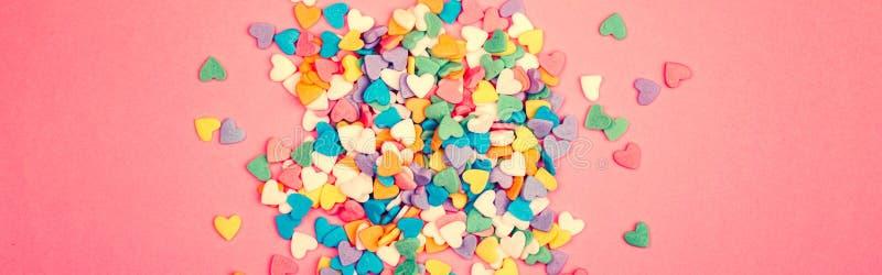 Happy Valentine Day Vackert skrivbordsunderlägg med färgstarka hjärtan på rosa korallbakgrund Begreppet kärlek februari arkivfoton