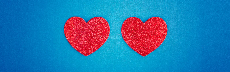 Happy Valentine Day Vackra kort med två röda hjärtan i mitten på blå bakgrund Begreppet kärlekssemester i februari royaltyfri fotografi